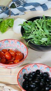 ottimo vino rosso della zona del Garda abbinato a pizza integrale con rucola, pomodorini e ricotta